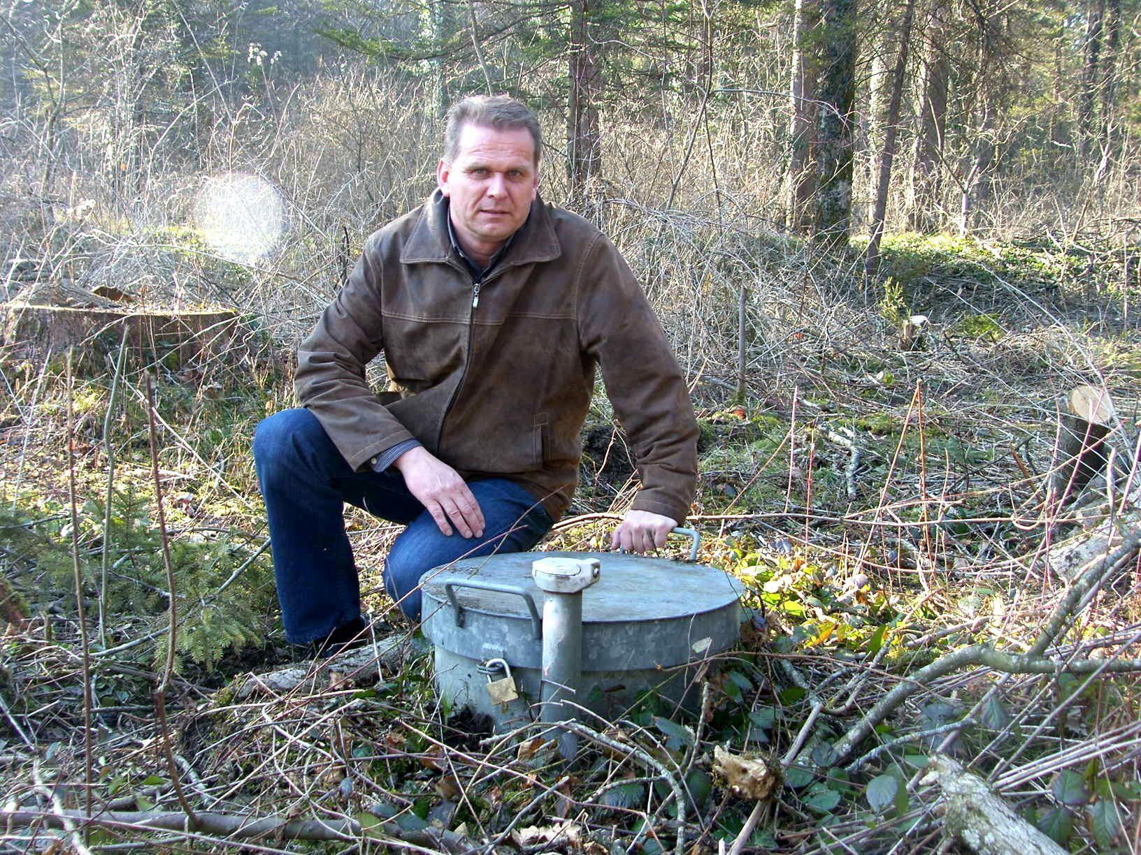 Eduard Keßler beim sehr unauffälligen, aber umstrittenen Brunnen in Meiningen.