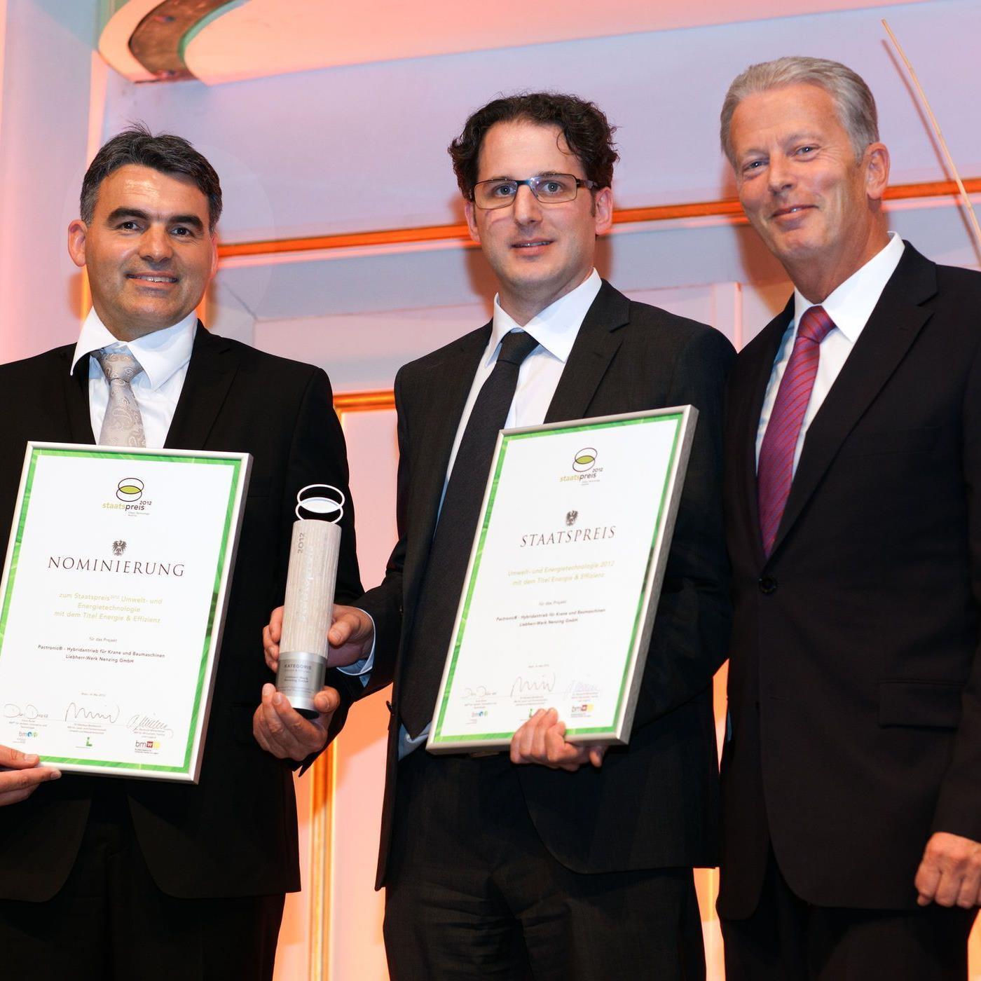 Feierliche Verleihung des Staatspreises für Umwelt und Energietechnologie 2012. Im Bild v.l.n.r.: Dr. Klaus Schneider (Leiter Antriebstechnik), Dr. Reinhard Krappinger (Geschäftsführung Technik), Dr. Reinhold Mitterlehner (Bundesminister)