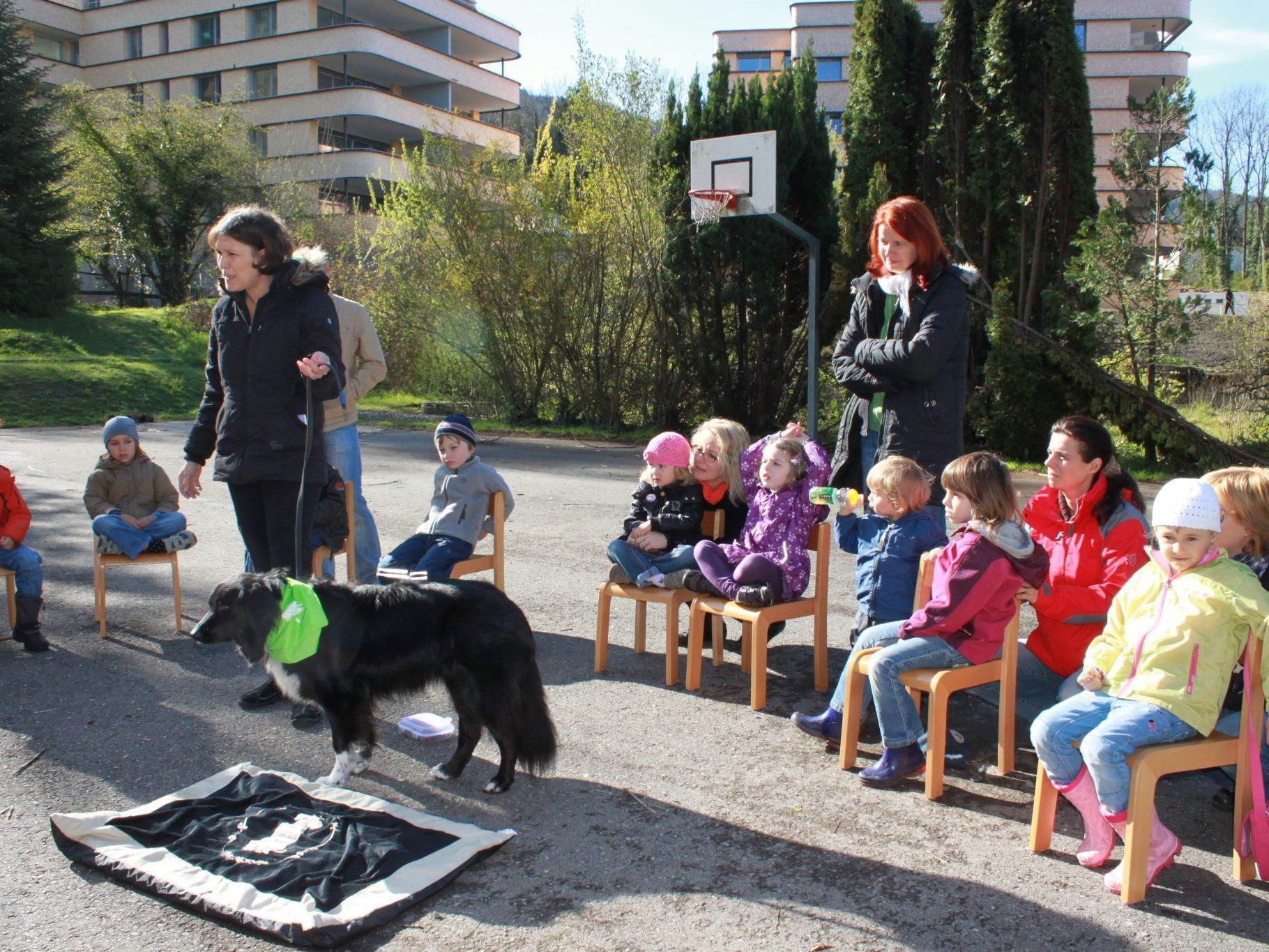 Christine Fliesser und ihre ausgebildete Schulhündin Kira zu Besuch bei den Kindern des Kindergartens Seepark.