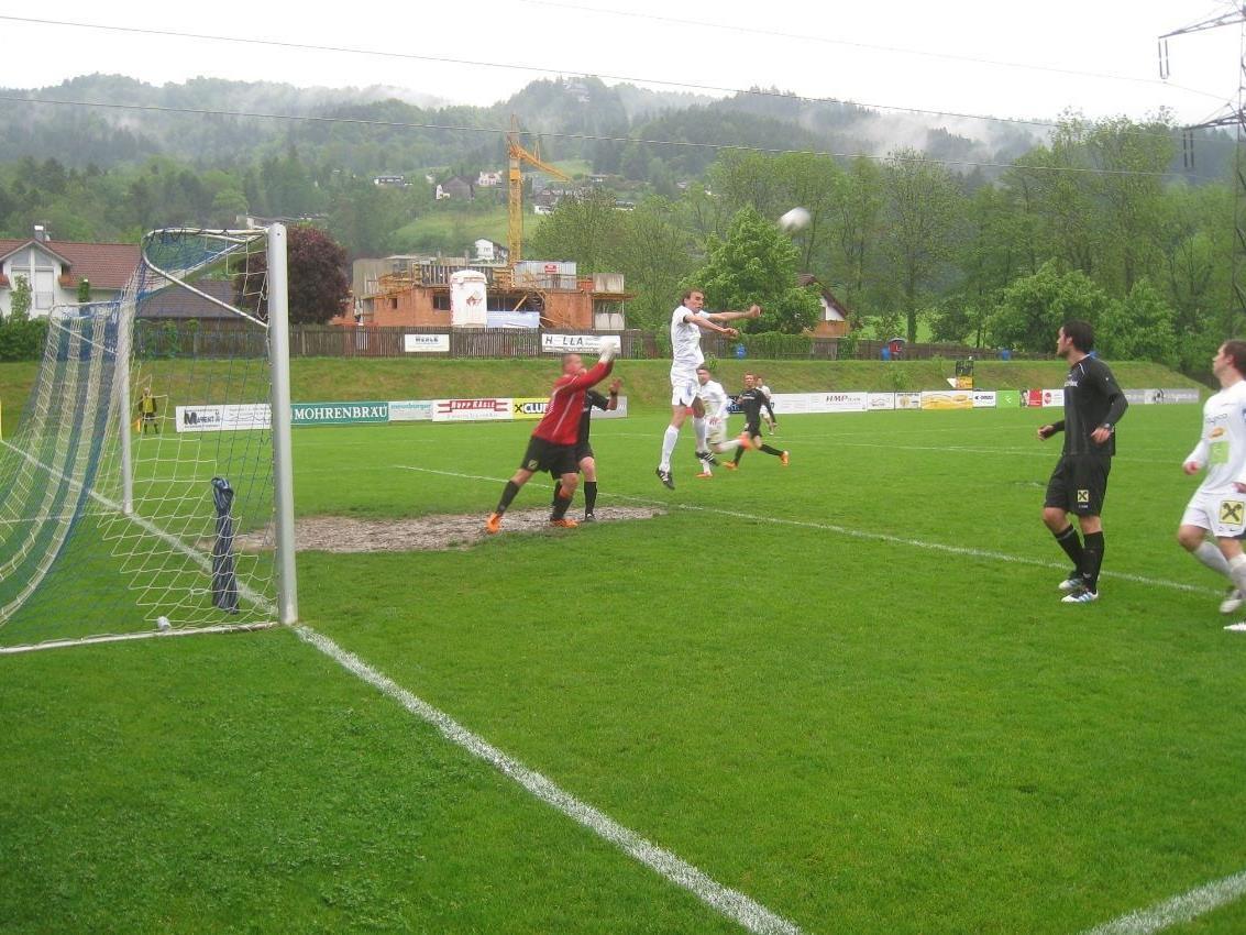Christof Kogler springt am höchsten und es heißt gleich 4:0 für den SV Typico Lochau.