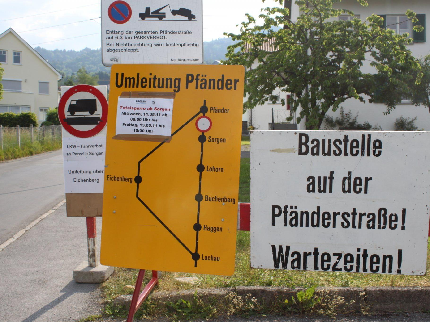Hinweistafeln am Beginn der Pfänderstraße informieren die Autofahrer über die aktuellen Sperren.