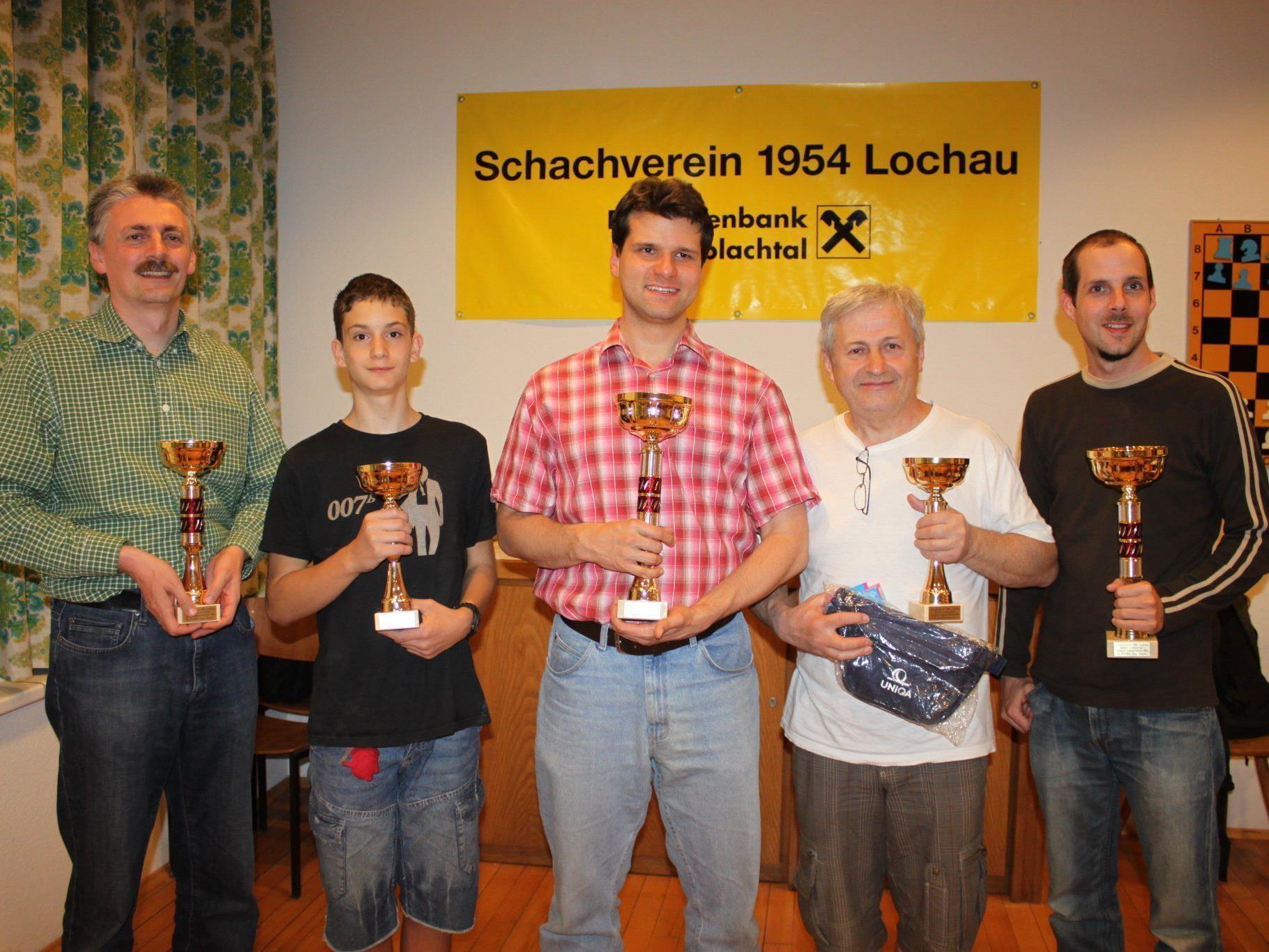 """Siegerbild des """"5. Lochauer Schachtriathlon"""" mit Alois Planatscher, Benjamin Emberger, Jörg Holzmann, Rasim Hasovic und Peter Ladner, von links."""