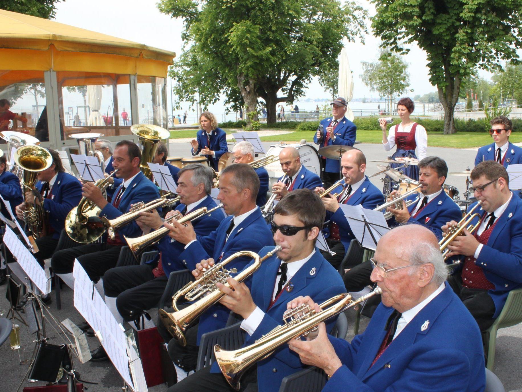 Zünftiger Blasmusikfrühschoppen am Kaiserstrand mit der Bürgermusik aus Hohenems.