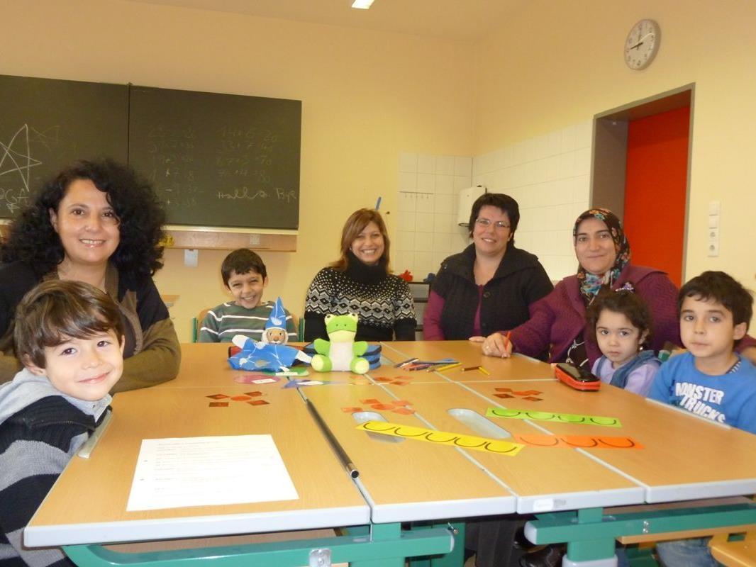 Kinder und Mütter lernen bei diesem Projekt mit Karin Hehle gemeinsam Deutsch.