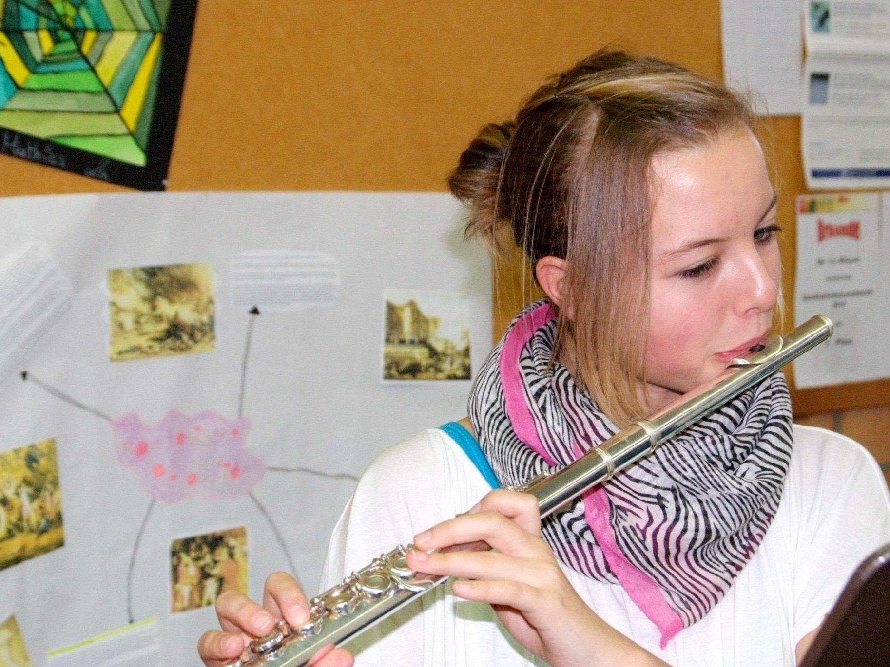 """Die Jugend überbringt gemeinsam mit den """"Großen"""" die musikalischen Muttertagswünsche."""
