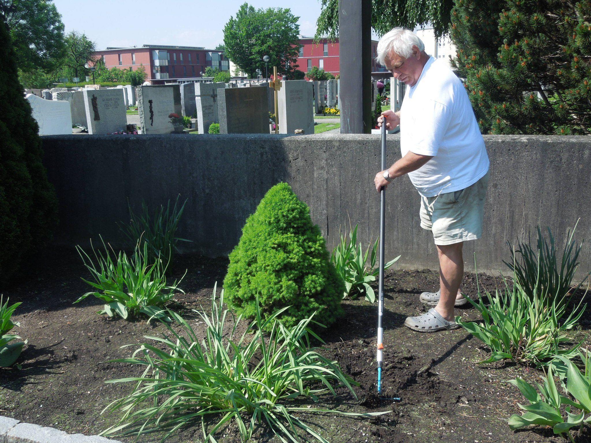 Friedhofswärter Peter Neher vom Friedhof Hasenfeld spritzt die Buxbäume regelmäßig.