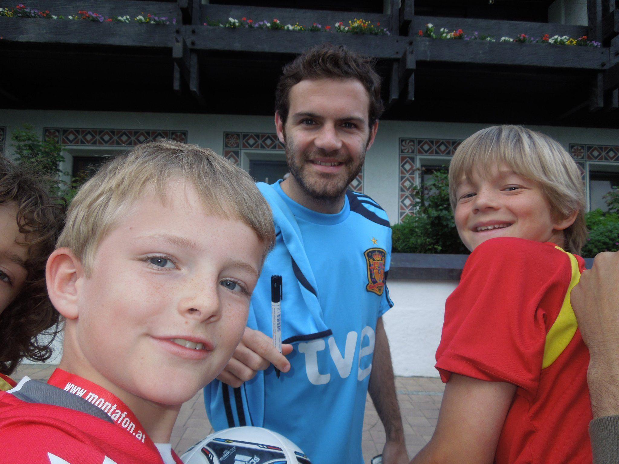 Die FC Jungs Elijah und Laurin mit dem frischgebackenen Champions League Sieger und Schrunsgast Juan Mata.
