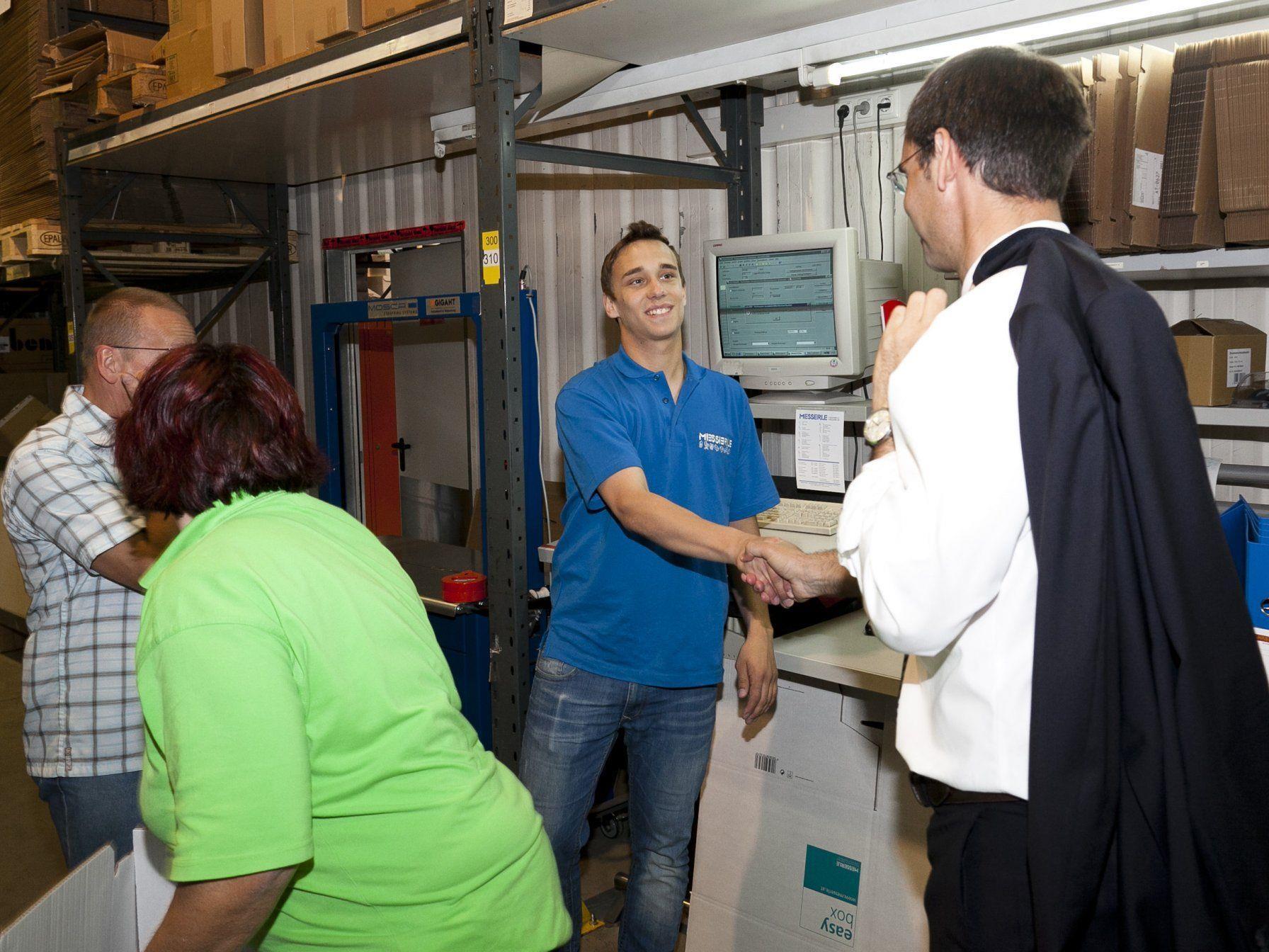 Besuch bei der Messerle GmbH in Mäder: Den Rundgang durch den Betrieb nützte Landeshauptmann Markus Wallner für kurze Gespräche mit den Mitarbeiterinnen und Mitarbeitern.