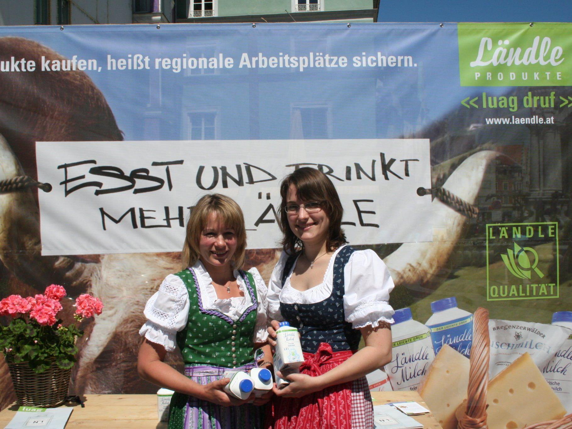 Junge Bäuerinnen in Aktion am Weltmilchtag.