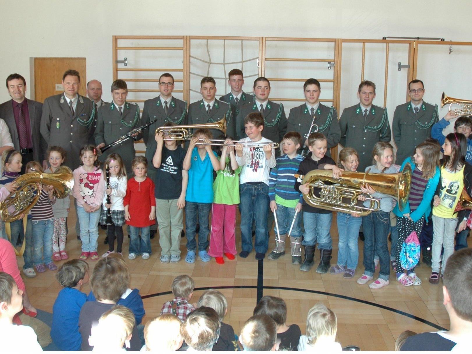 Mitglieder der Militärmusik stellten die wichtigsten Instrumente vor.