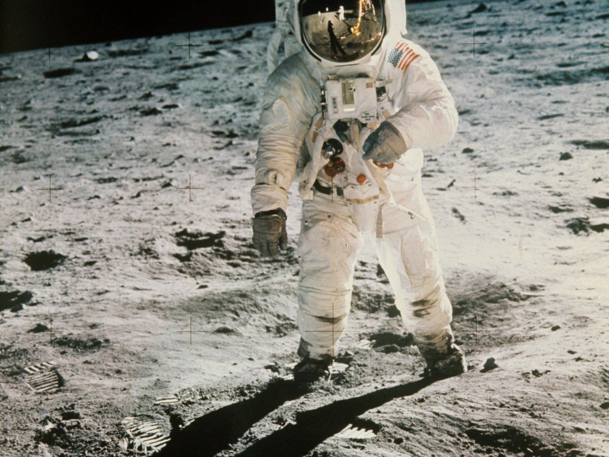 """Edwin """"Buzz"""" Aldrin bei seinen ersten Schritten auf dem Mond. Im Visier erkennbar: Neil Armstrong."""