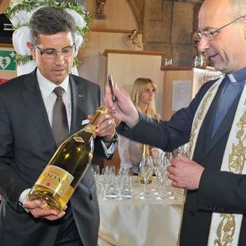 Dompfarrer Toni Faber segnet des edlen Schlumberger-Tropfen