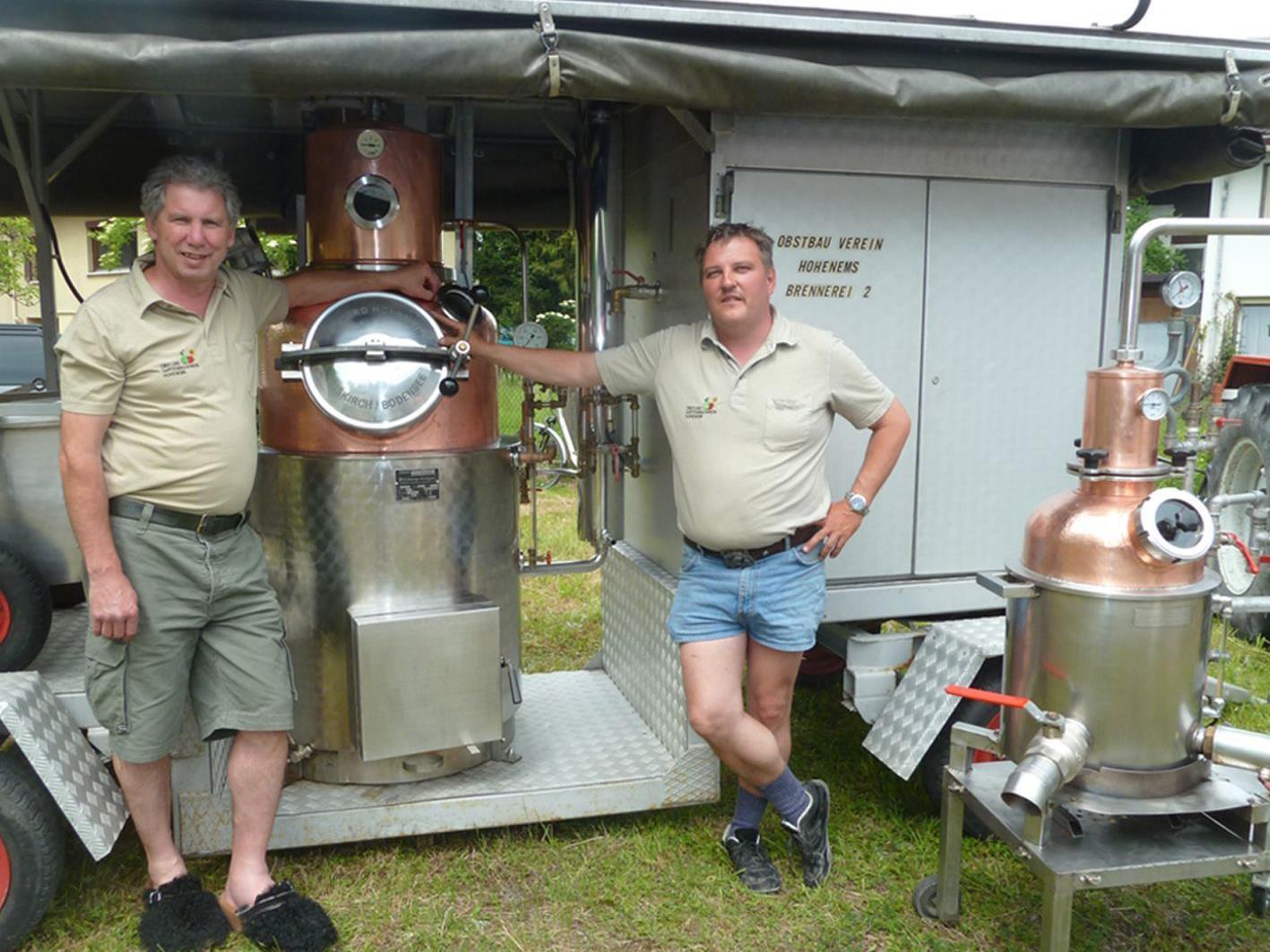 Obmann Dieter Seidl (r.) und Vize Lothar Nachbauer erläuterten die vereinseigenen Schnapsbrennereien