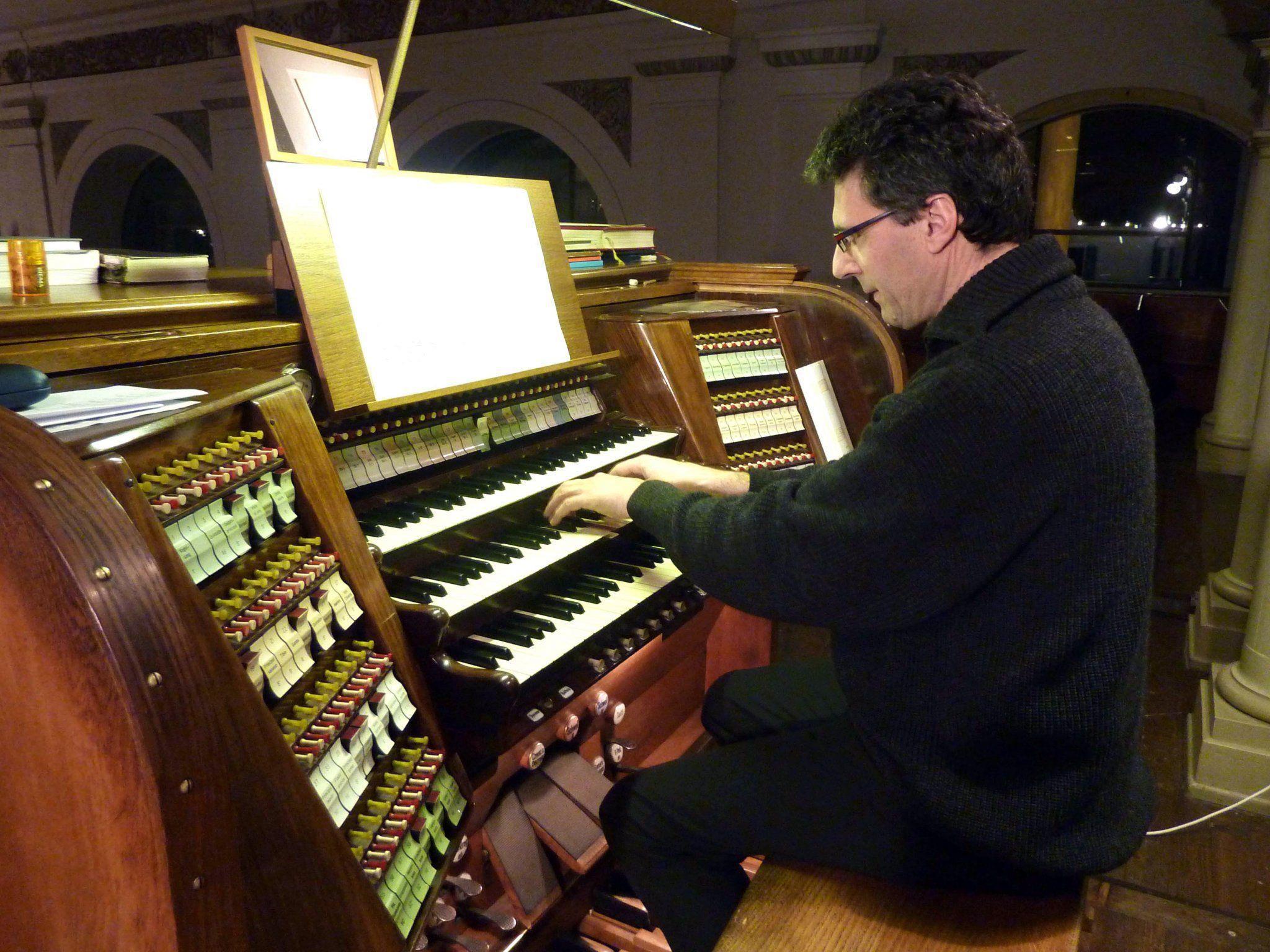 Den Auftakt macht der Organist der Stadtpfarrkirche Rudolf Berchtel.