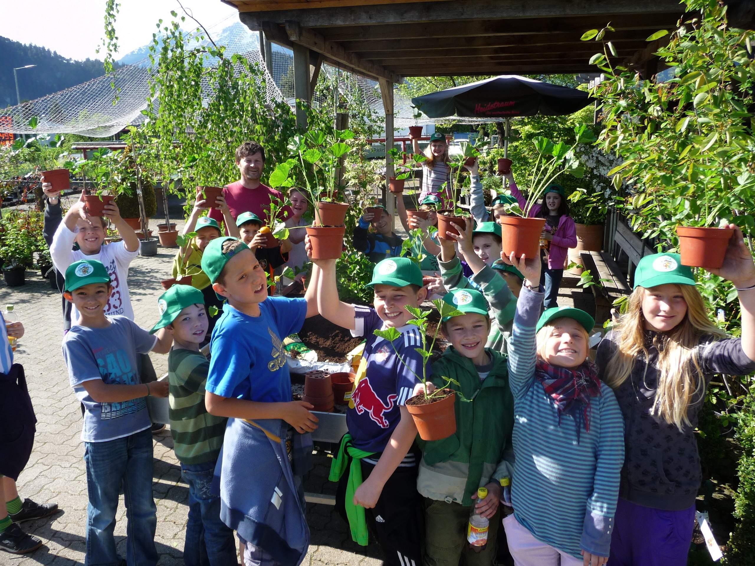 Hatten ihren Spaß am Besuch in der Baumschule Dünser: die Musik-Volksschüler aus Ludesch.