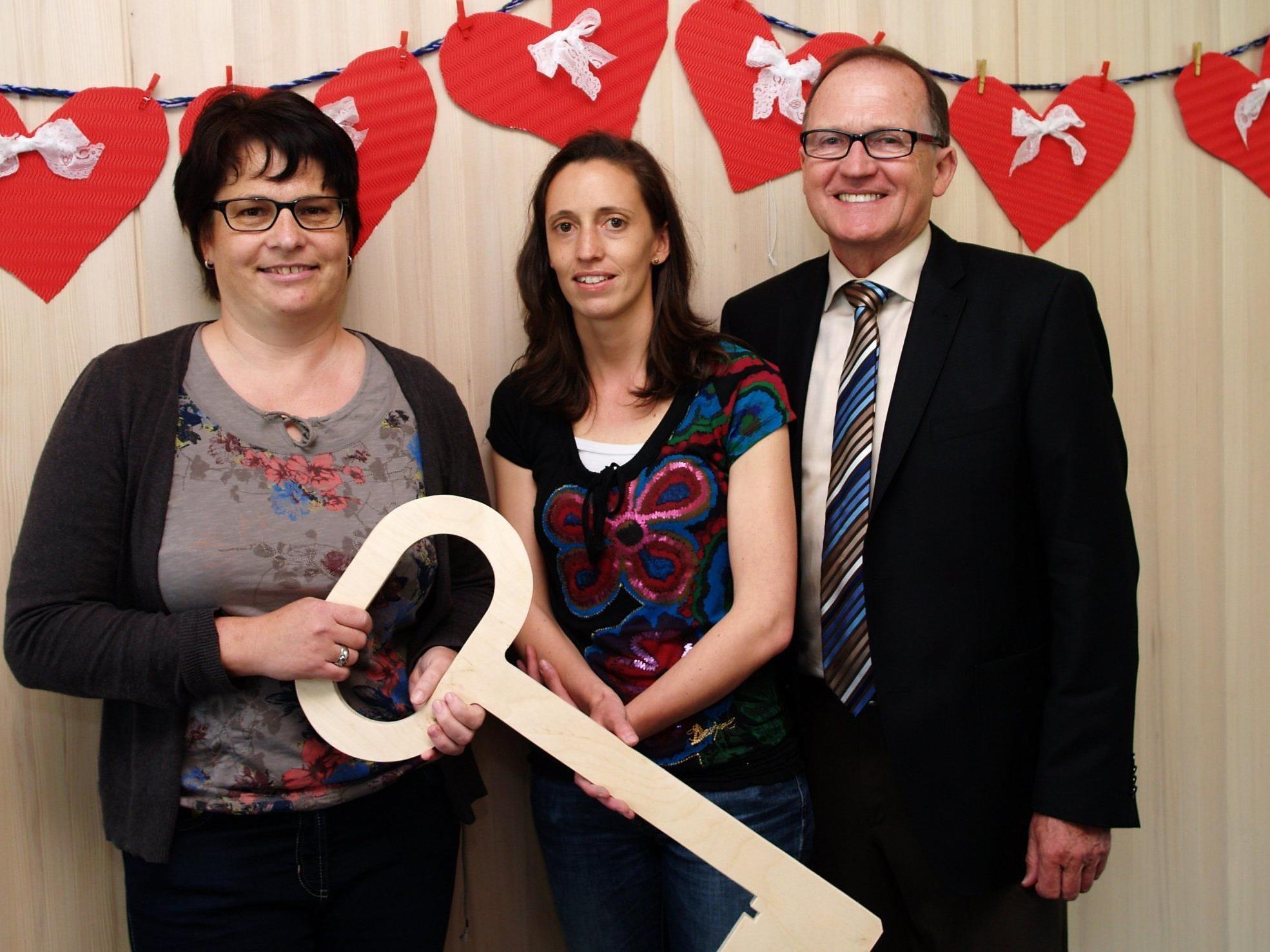 Bürgermeister Norbert Mähr mit Leiterin Julia Profunser und Petra Lang bei der Eröffnung des neuen Kindergartens.