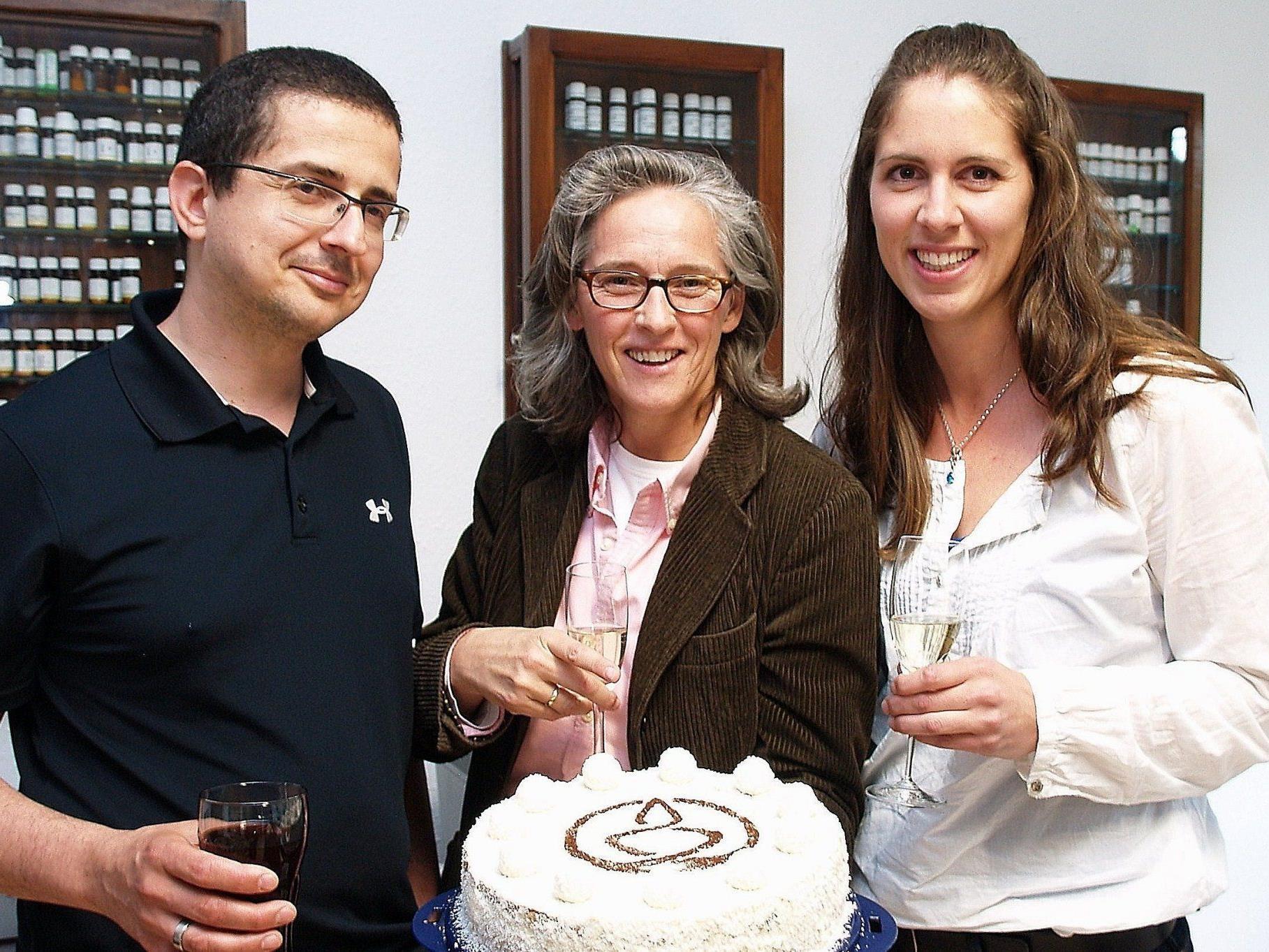 Institutsleiterin Lisa Majhenic mit Christof Wäger und Beate Knapp bei den Feierlichkeiten.