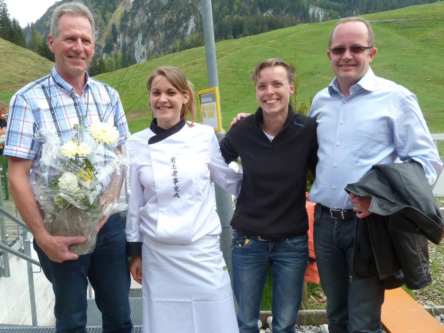 Bgm. Richard Amann und Str: Karl Dobler gratulierten  Alexandra Gorski und Tasja Eichel.