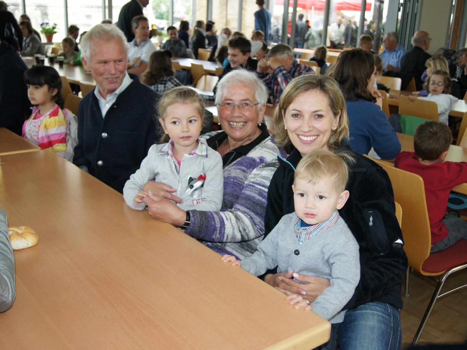 Fest im Pfarrheim: Claudia mit ihren Kindern Lisa und Tobias, Martha und Max Schwärzler.