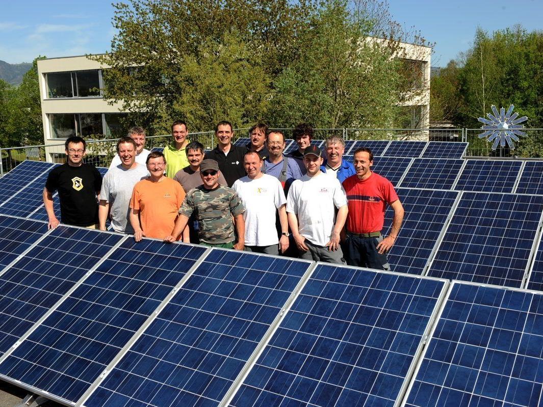 Mit ehrenamtlichem Einsatz konnte die 140 Quadratmeter große Photovoltaikanlage auf dem Dach der Turnhalle montiert werden.