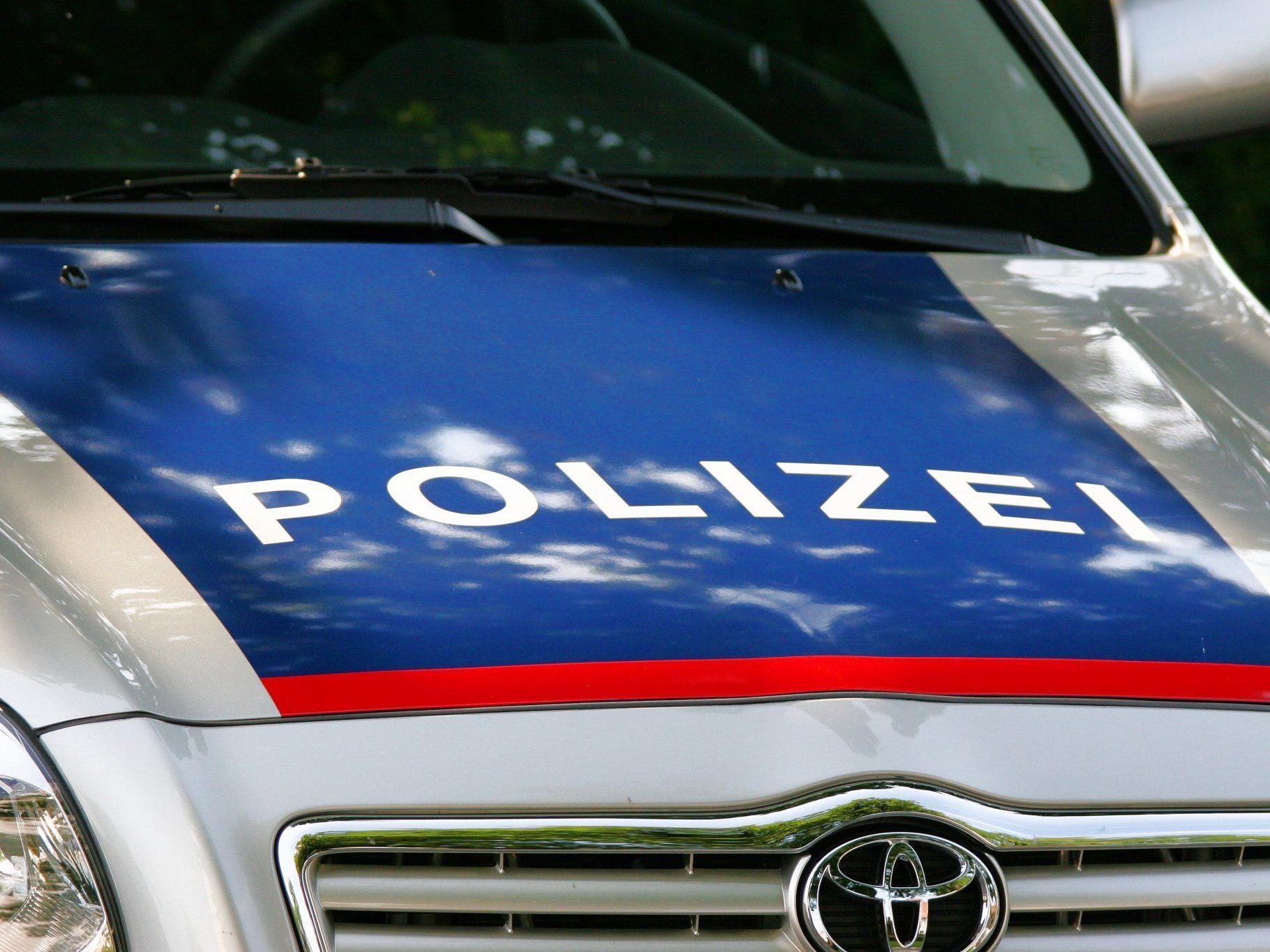 Zeugenaufruf der Polizei nach einem Autounfall auf der A14 bei Röthis.