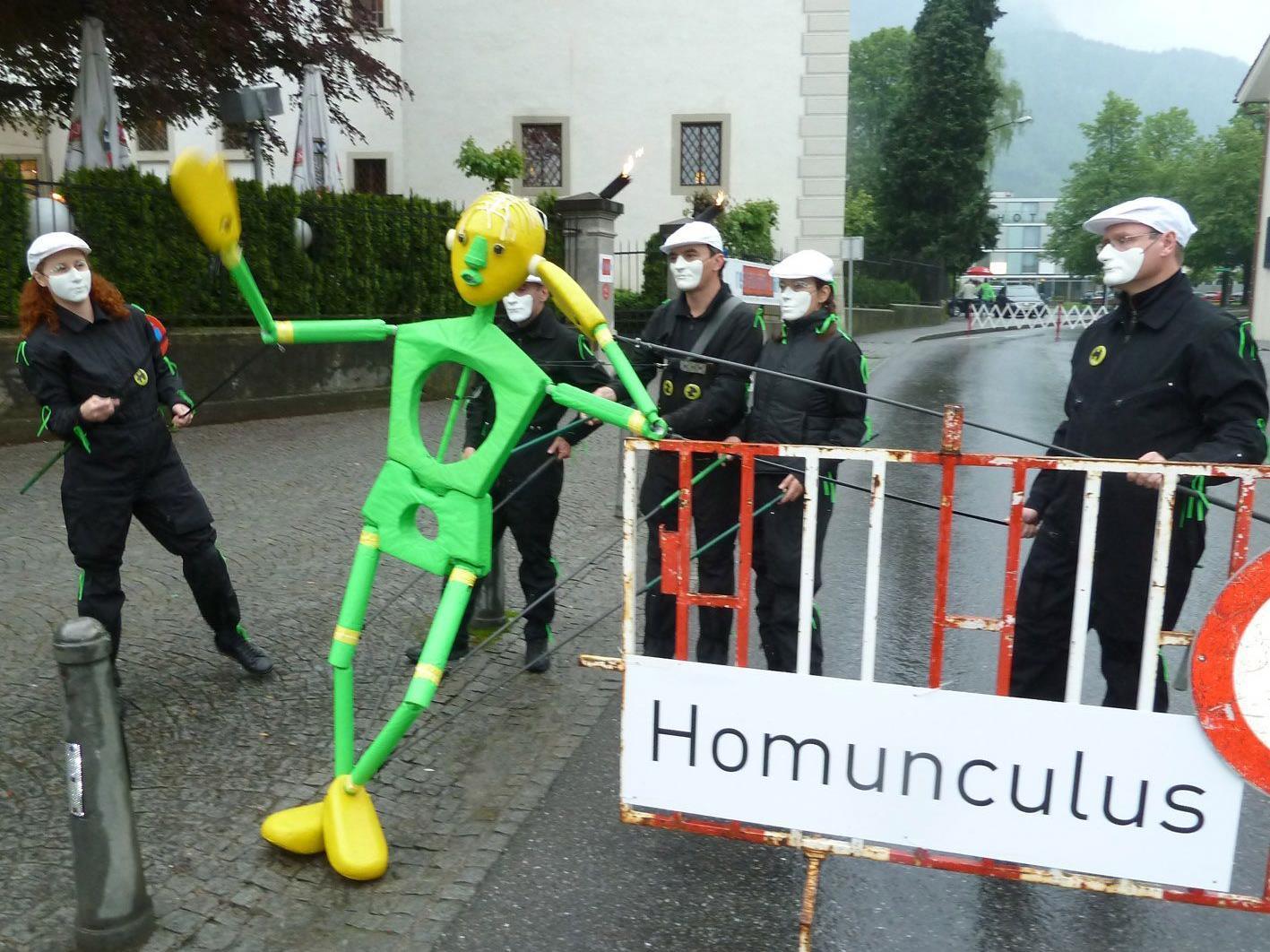 """Die Stabfigurencompany machte auch heuer mit ihrem """"Eumel"""" die Straßen unsicher."""