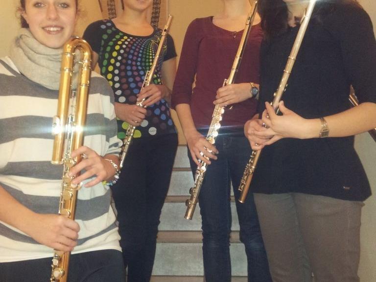 Das Querflötenensemble der Musikschule Walgau spielt beim MundartMai auf