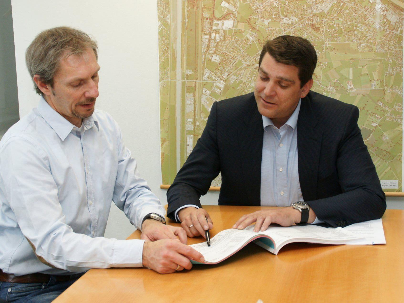 Finanzreferen Franz Bereuter und Bgm. Harald Köhlmeier legten den Rechnungsabschluss 2011 vor.