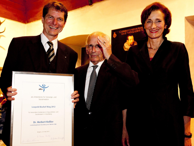 Ring und Urkunde überreichten Landtagspräsidentin Bernadette Mennel und aks-Präsident Thomas Bischof.