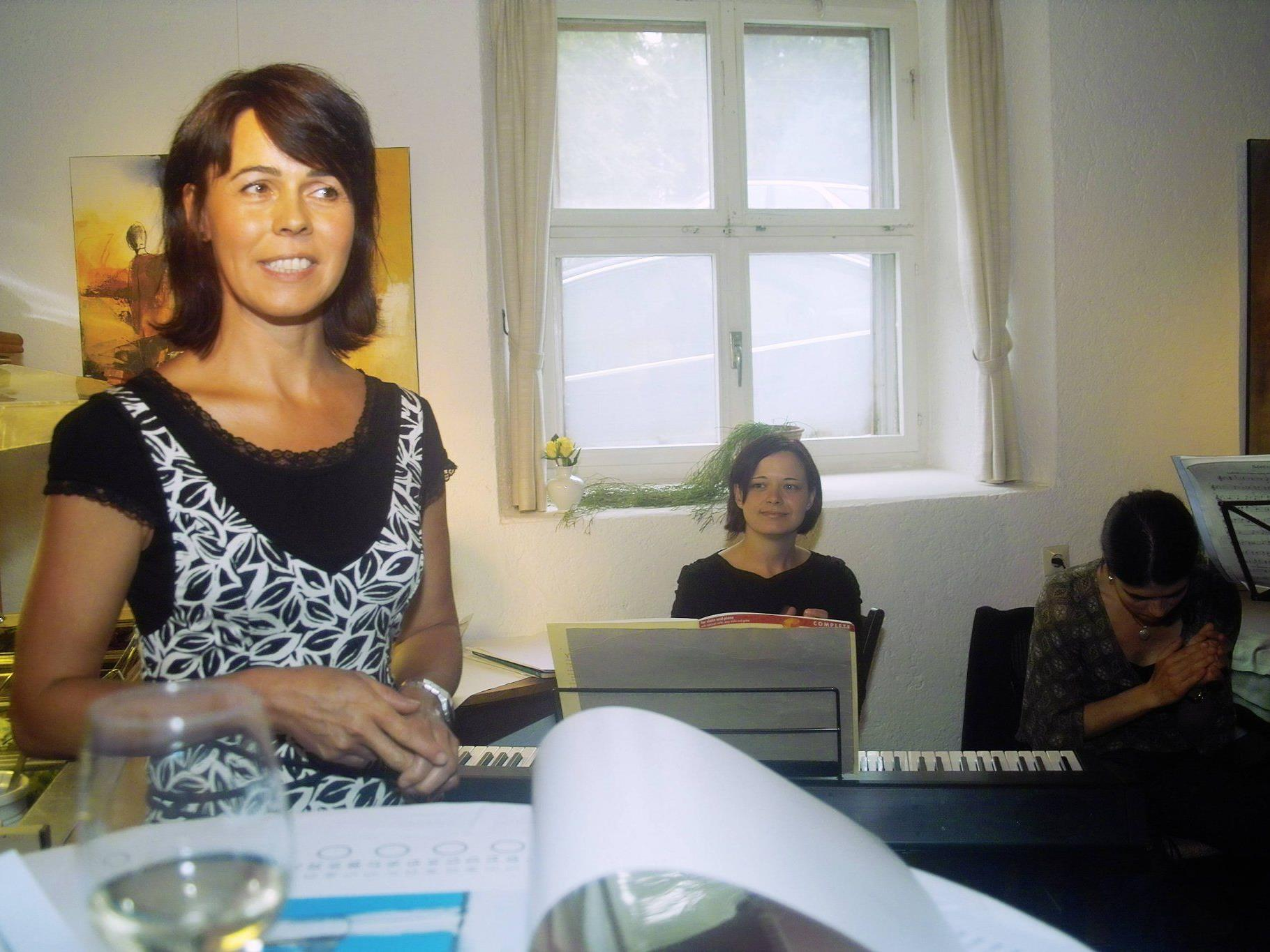 Maria Gabriel stellt im Bischahof am Dünserberg aus.