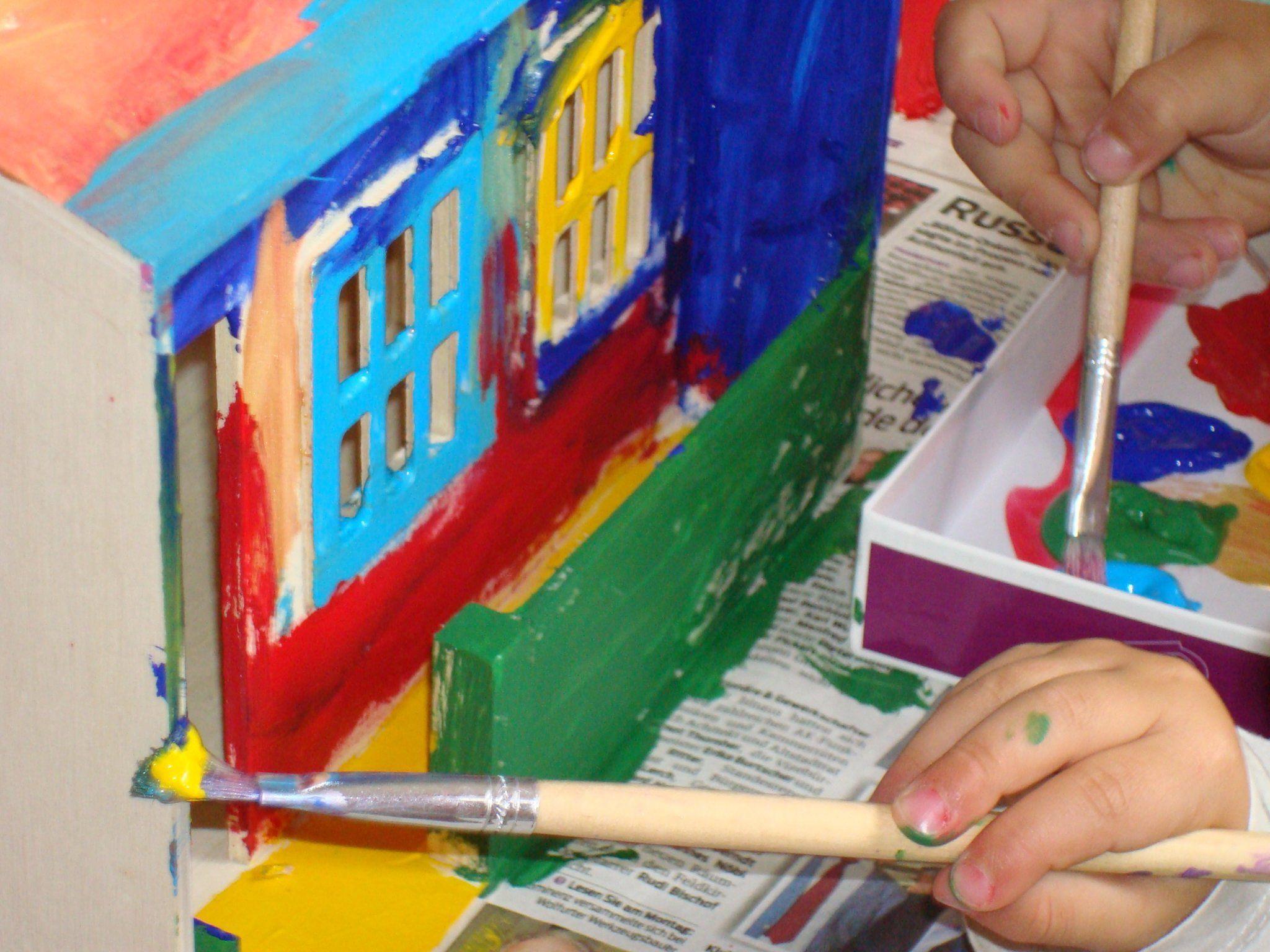 Beim Malen ab drei Jahren im Kindergarten.