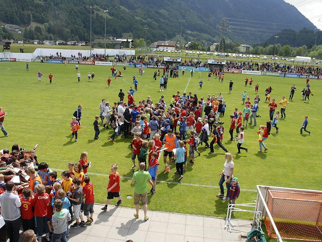 Das Spielfeld im Fußballstadion Aktivpark Montafon wurde nach Trainingsende gestürmt.