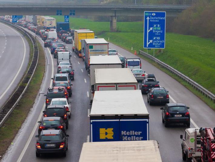 Der Feiertag wird vielen ein verlängertes Wochenende bescheren - und Autofahrern Stau.