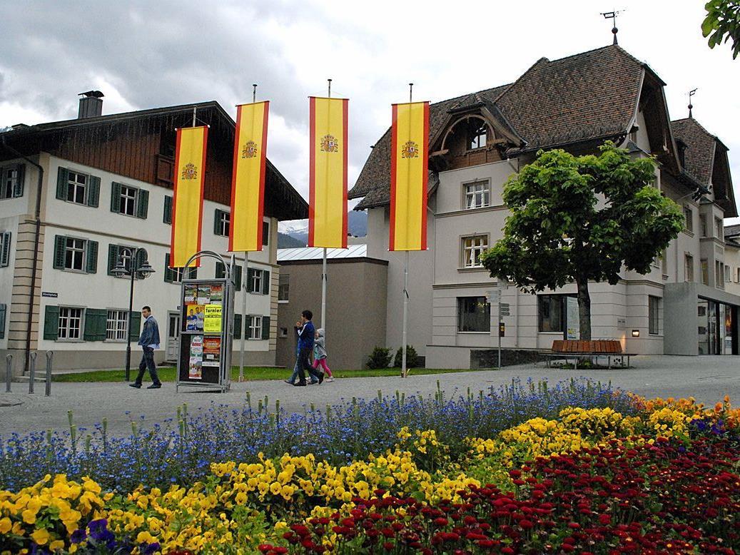 Der Blumenschmuck am Schrunser Kirchplatz harmoniert mit den Flaggen Spaniens perfekt.