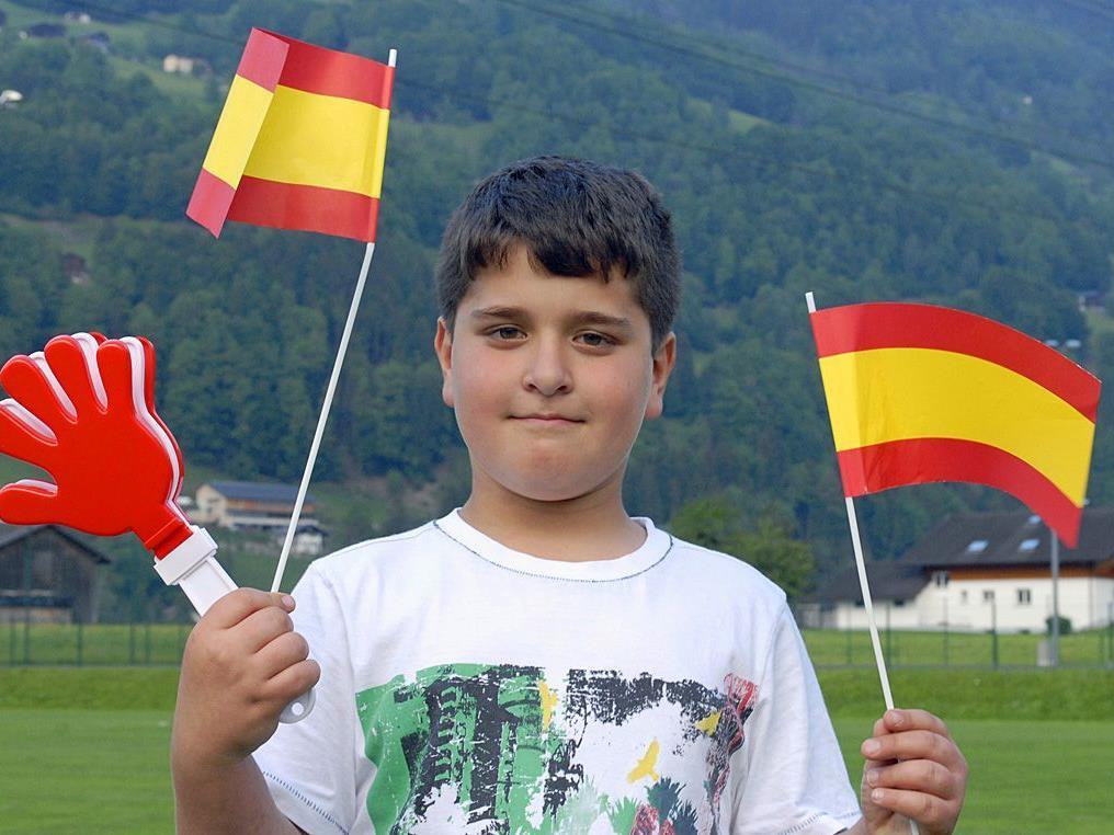 Einer der vielen jungen Sportfreunde, die dem amtierenden Fußball-Weltmeisters beim Training zugesehen haben.
