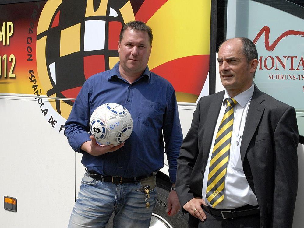 U15-Nachwuchstrainer Alexander Dür vom FC Schwarzach und Martin Schlepp von mbs Verkehr.