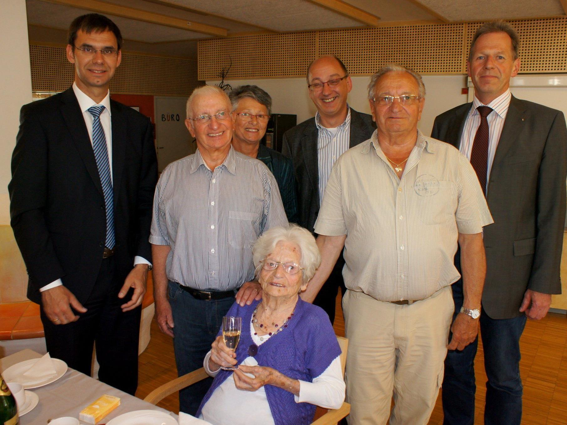 Die Jubilarin im Kreise ihrer Söhne und den Gratulanten LH Wallner und Bgm. Richard Amann