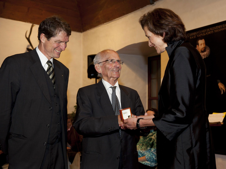 (vlnr.) aks-Präsident Thomas Bischof, Altlandeshauptmann Herbert Keßler, Landtagspräsidentin Bernadette Mennel.