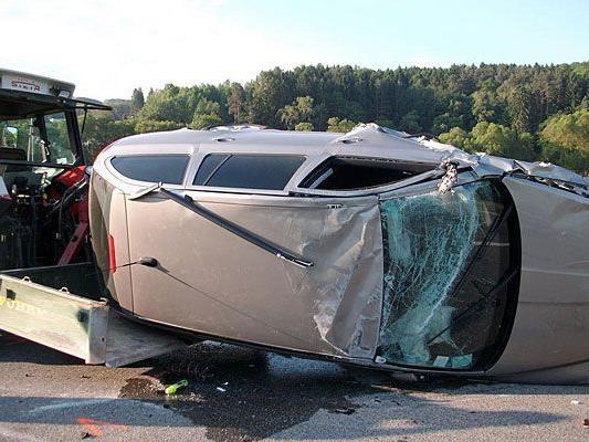 Nach dem Unfall im Bezirk Wiener Neustadt mussten die Pkws geborgen werden