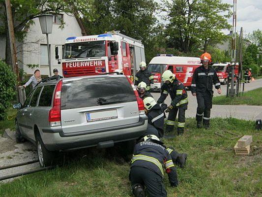 Als der Pkw in Steinabrückl (Wiener Neustadt) auf einem Stein strandete, musste die Feuerwehr helfen