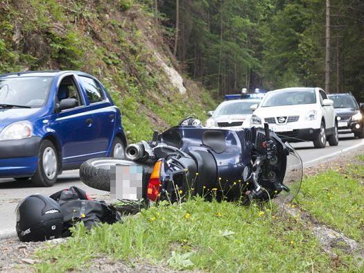 Motorrad und Fahrer blieben direkt vor dem Abhang liegen.