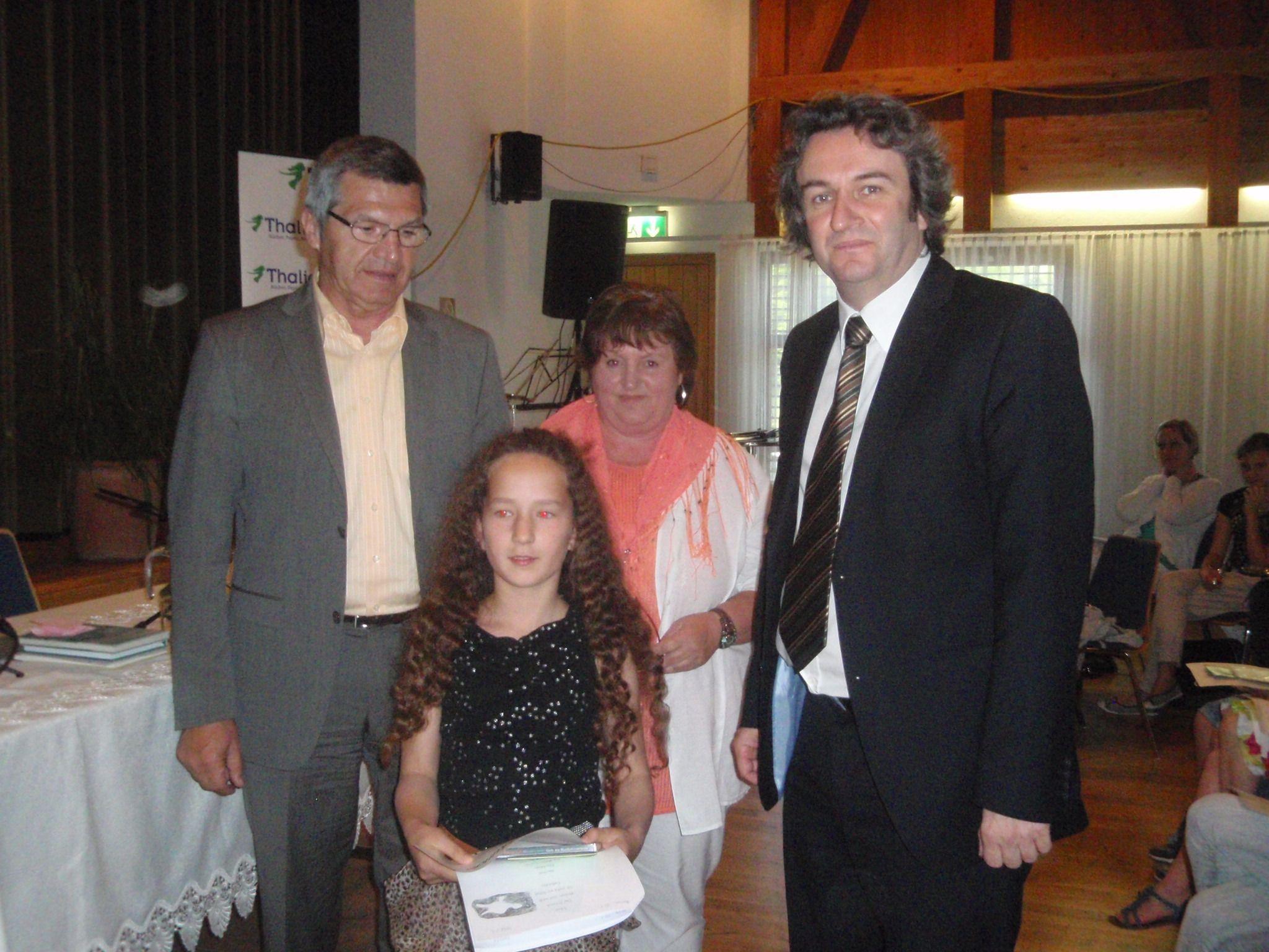 Landesrat Siegi Stemer und Bürgermeister Michael Tinkhauser gratulieren der jungen Preisträgerin.