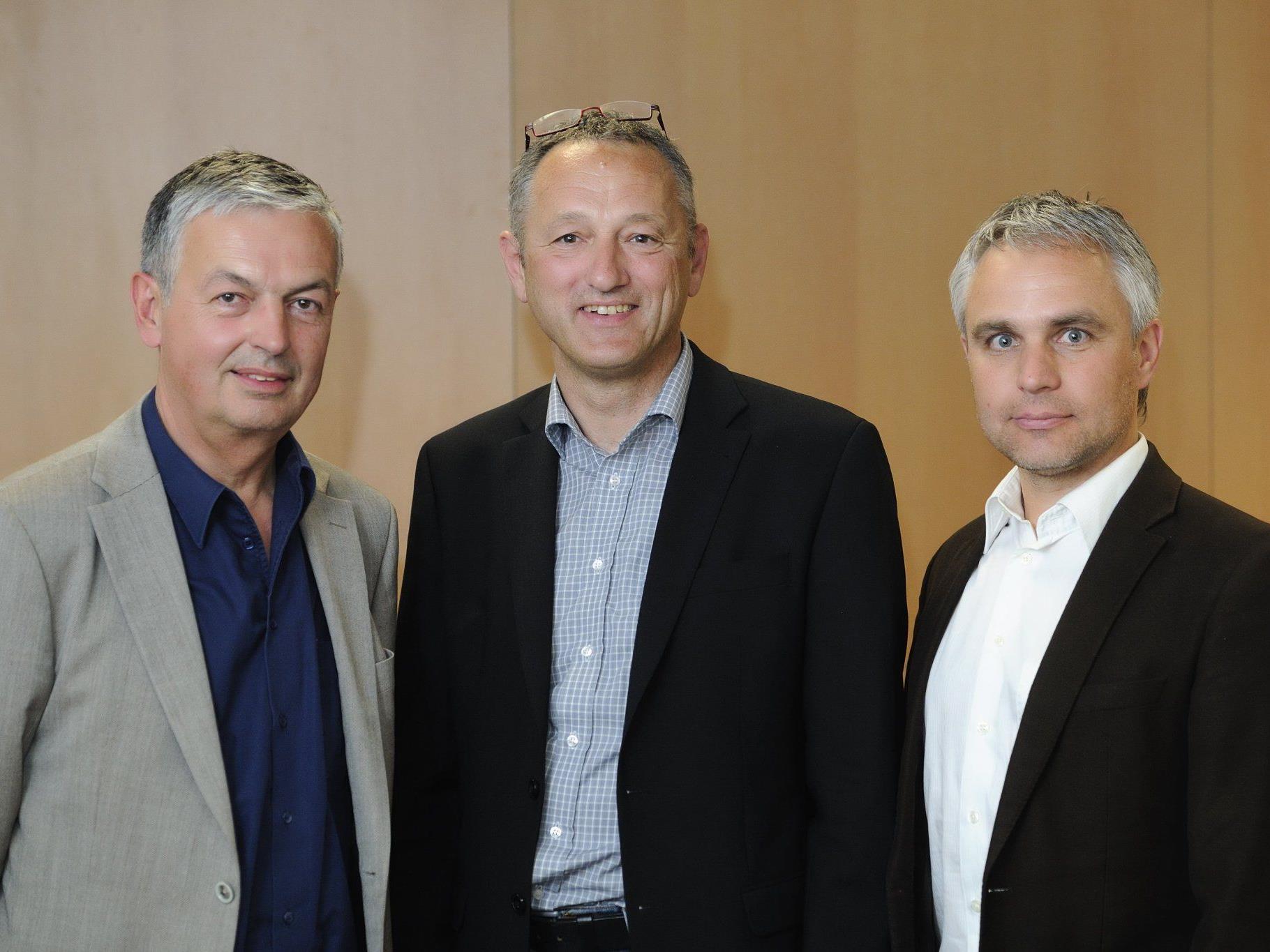 Der neu gewählte Vorstand des Symphonieorchesters Vorarlberg. Präsident Eduard Konzett (Mitte), der in seinem Amt bestätigt wurde und die beiden Vizepräsidenten Peter Schmid (links) und Manfred Schnetzer (rechts).