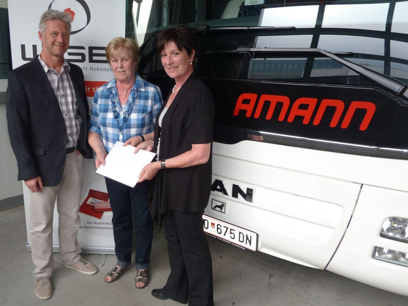 WirtesprecherAndrew Nussbaumer und Getrud Amann (r.) gratulieren Helga Pöschl zum Hauptpreis.