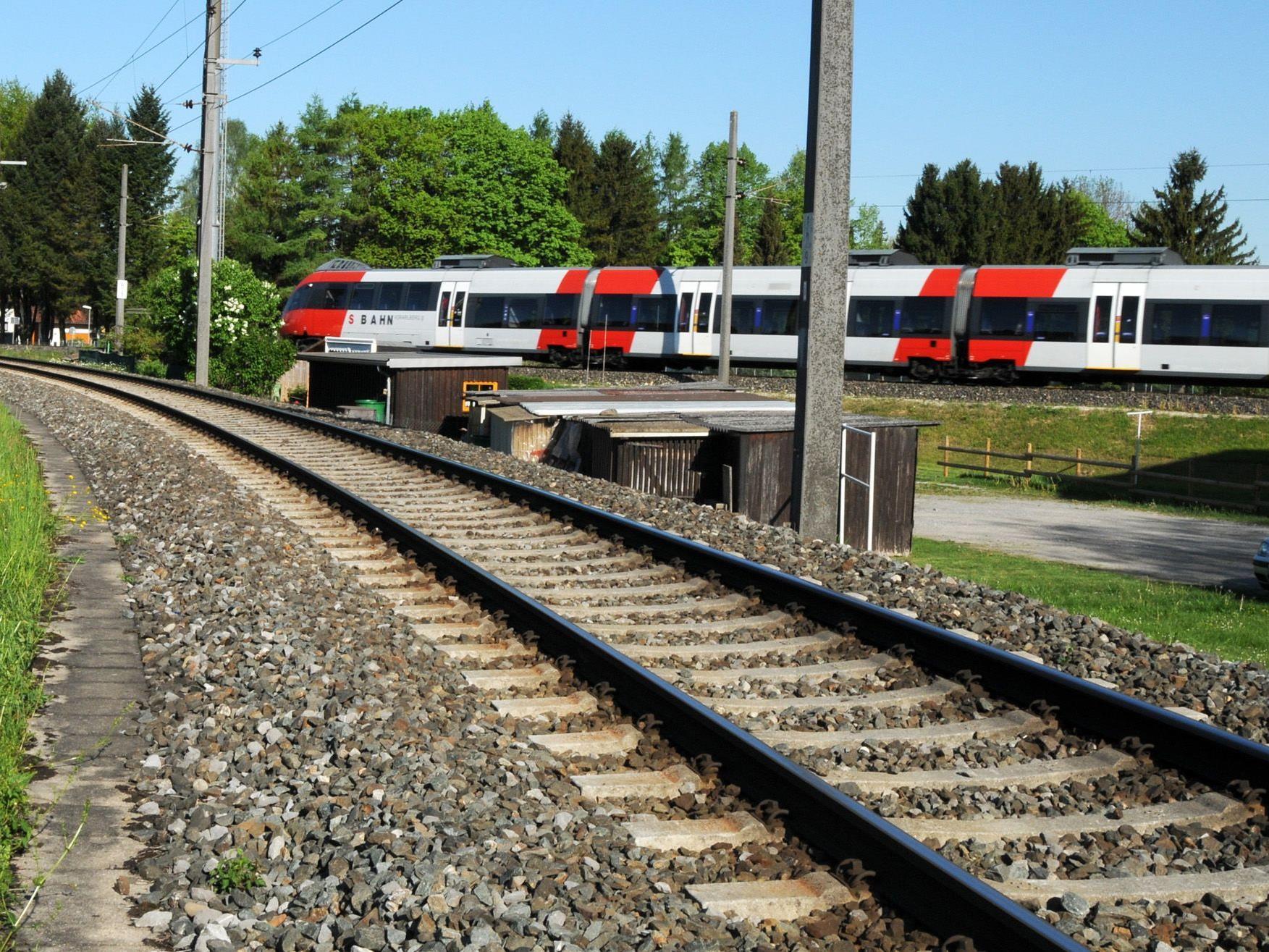 Die S-Bahn unterwegs von Bregenz Richtung Hard. Das Gleis vorne bleibt meist ungenutzt.