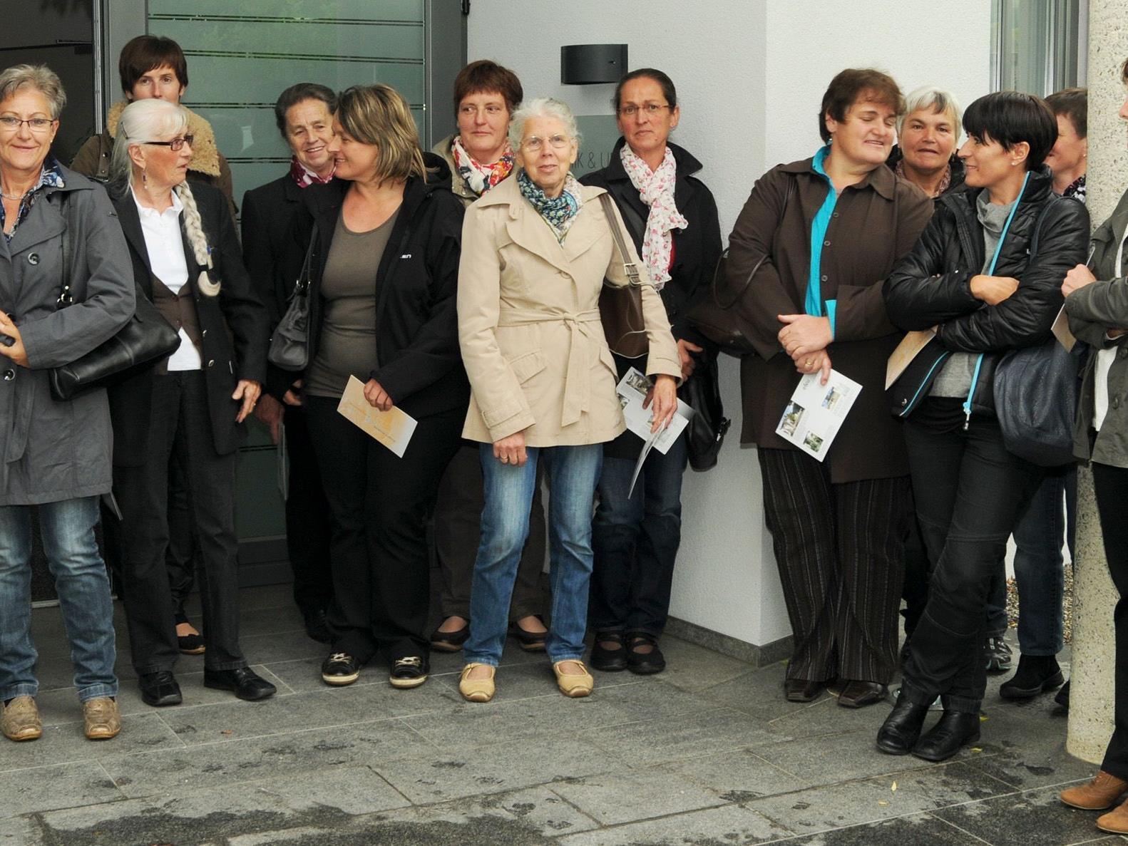 Mitgieder des Frauenbundes Egg besichtigten das Krematorium in Hohenems.