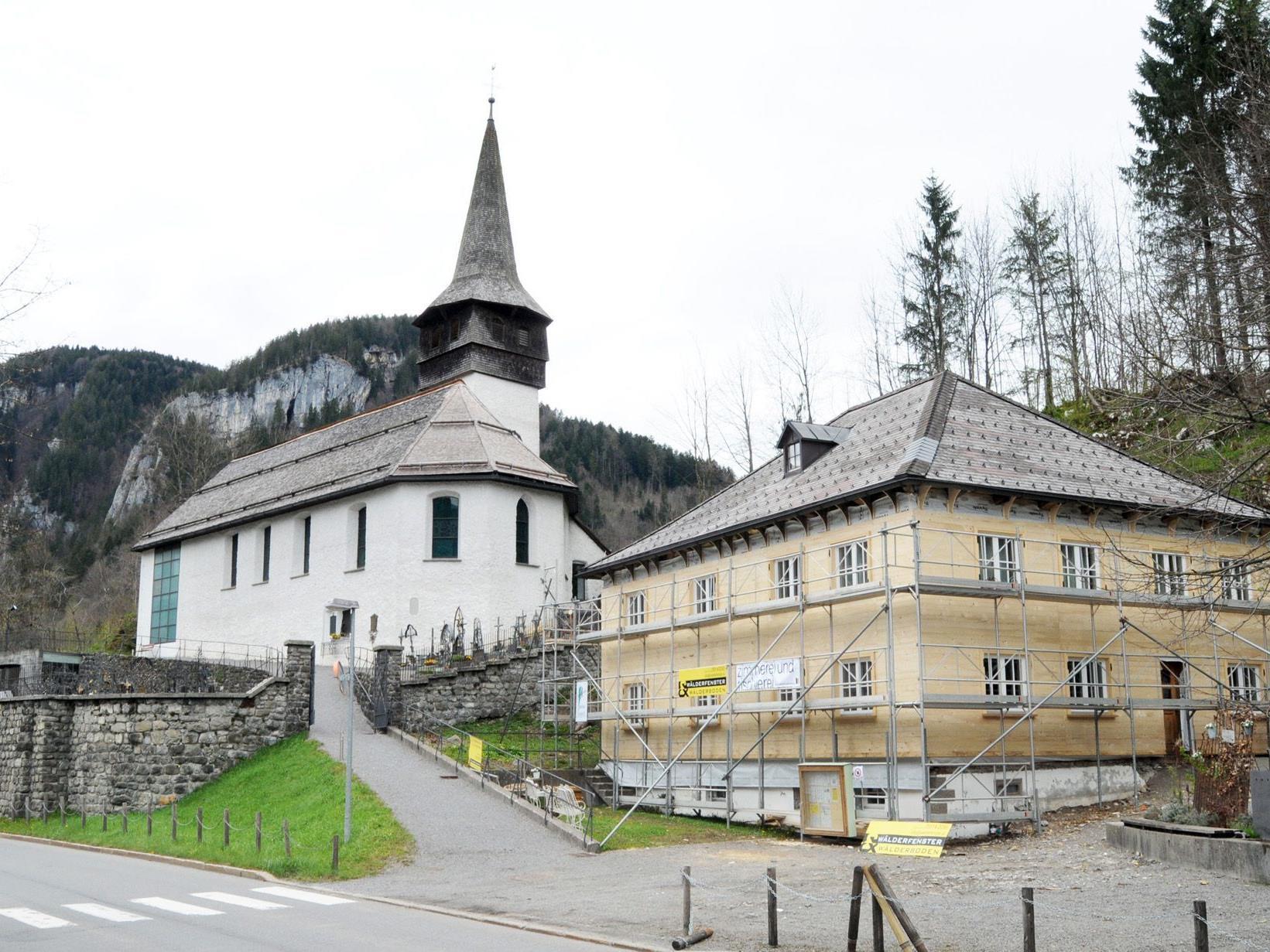 Der Pfarrhof Reuthe wird bereits saniert, auch in der Pfarrkirche sind Arbeiten erforderlich.