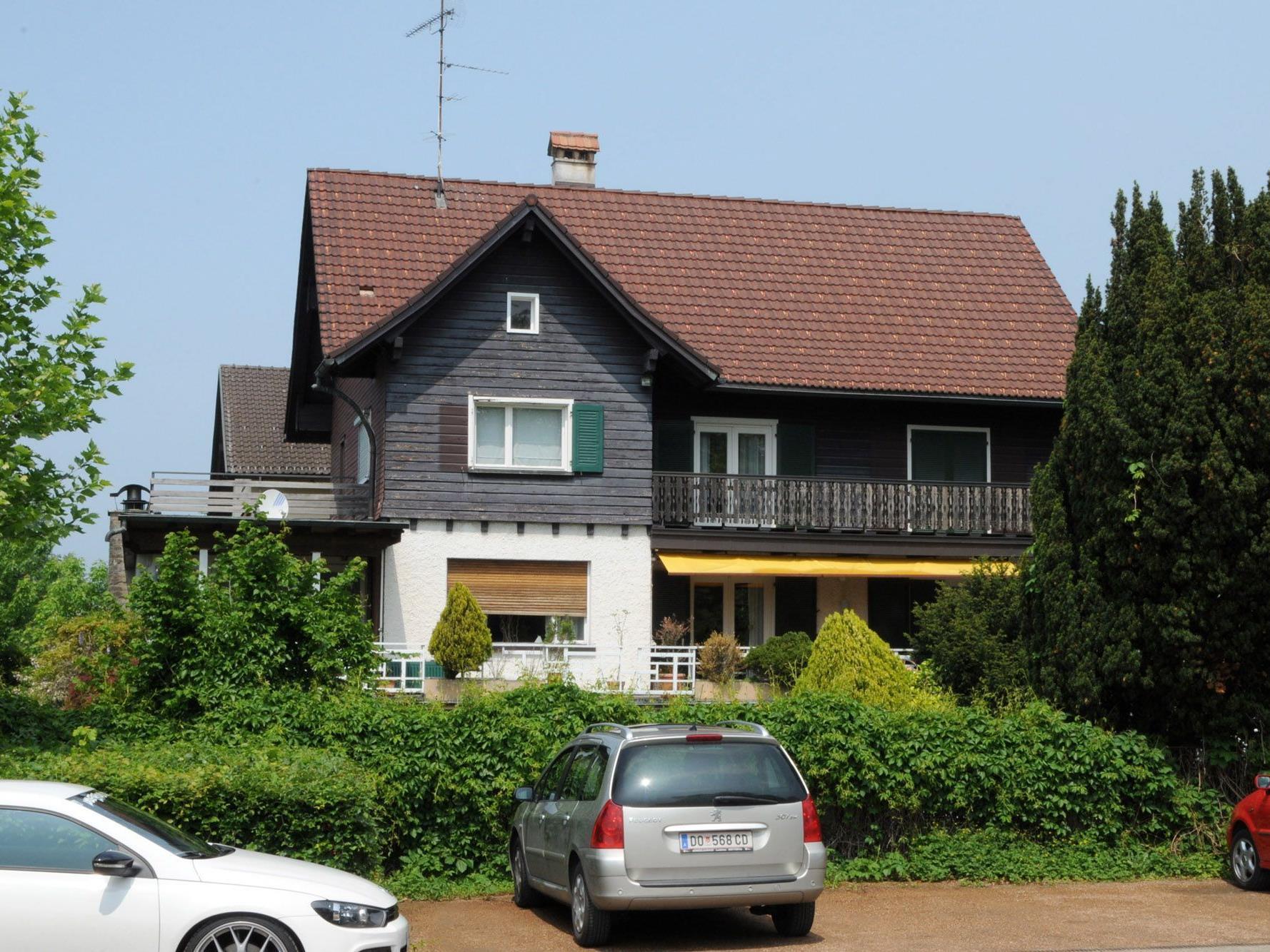 Auf dem Grundstück steht ein über 60 Jahre altes Objekt, das durch eine Kleinwohnanlage ersetzt wird.
