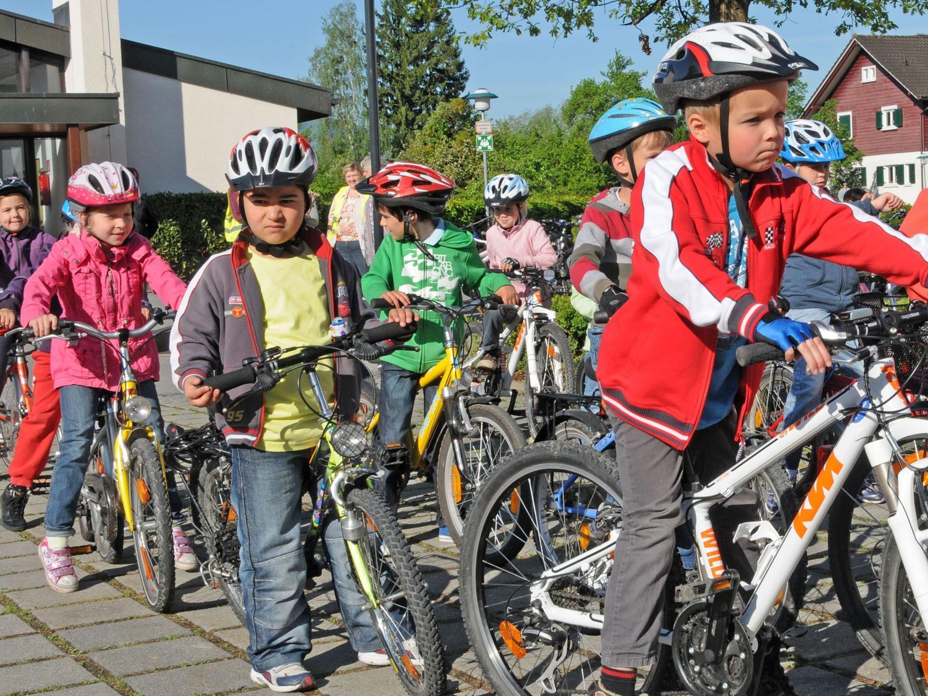 Die Schülerinnen und Schüler der VS Fußach treten an zum Radworkshop der AUVA.