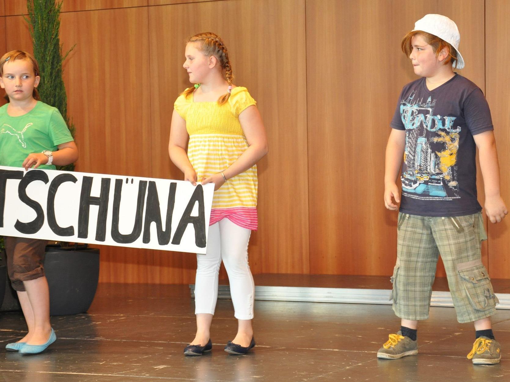 """Mundartausdrücke, präsentiert von Volksschülern. ,,Tschüna"""", so heißt der Haarschlurf in die Stirn."""